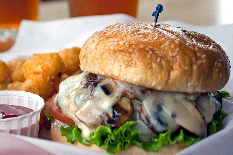 همبرگر با قارچ و پنیر